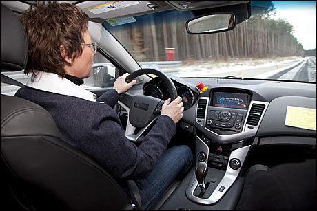 ENESTE I NORGE: Opel Ampera-teknologien er montert inn en Chevrolet Cruze for utprøving. Bilen startes på vanlig måte, og kjører de første 60 kilometerne kun elektrisk. Når batterikapasiteten er nede på 60 prosent, starter den lille bensinmotoren. Ved bremsing og fartsreduksjon lades batteriene. VG/VG Nett er eneste medium i Norge som har fått prøve bilen. Foto: Opel