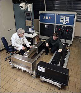 ALDRINGSTEST: Det T-formede litium-ion-batteriet veier 180 kilo kan lagre 16 kilowattime strøm, men bare halvparten brukes. Batteriets energimengde tilsvarer en liter bensin. Foto: Opel