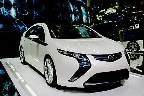 ASTRA-STØRRELSE: Opel Ampera ble først vist på bilutstillingen i Genève i mars i år. Den er bygget på plattformen til Opel Astra. Hvor modellen skal bygges, er ennå ikke klart. General Motors vil bygge søstermodellen i Detroit. Foto: Hanne Hattrem