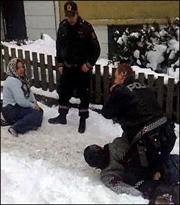 PÅGREPET: Datteren Canan Ucarli (t.v.) er her påsatt håndjern av politiet, og svigersønnen Fedai Ucarli er lagt i bakken. Foto: Privat
