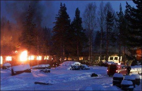 I BRANN: Kort tid etter kollisjonen begynte de to togene å brenne. Flere passasjerer satt fastklemte inne i togene under brannen. Foto: SCANPIX