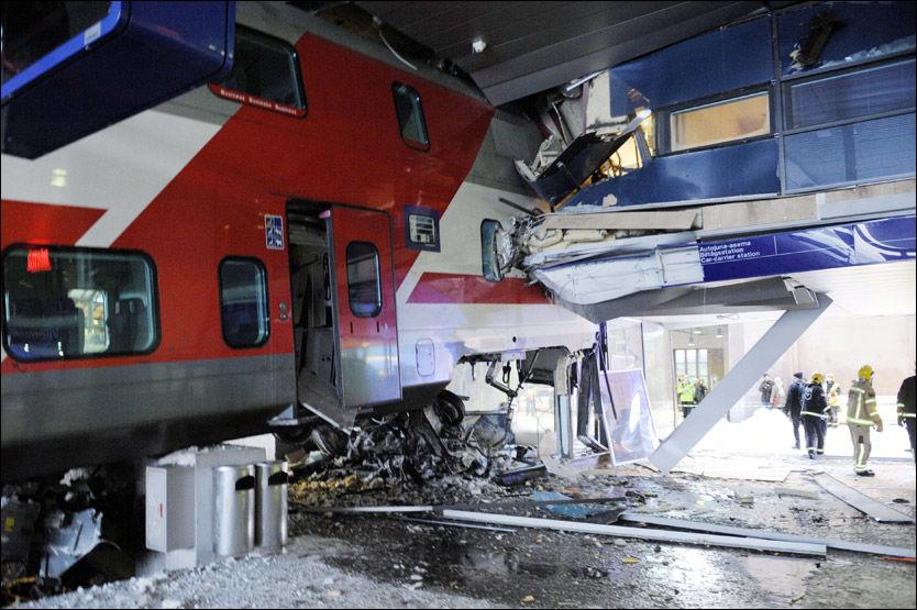 ØDELAGT: Ødeleggelsene ser store ut etter at et tog krasjet inn i en hotellbygning i Helsingfors mandag morgen. Foto: AP