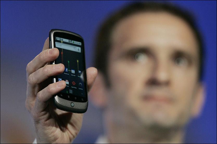HER ER DEN: Mario Queiroz, visepresident for produktutvikling i Google, viser frem smarttelefonen Nexus One, som skal drives med Googles Android-plattform. Foto: EPA