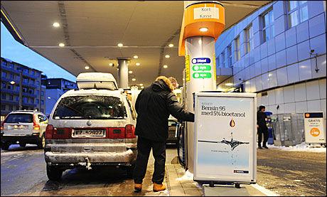 SNART FLERE: Også de andre store oljeselskapene i Norge arbeider med å innføre innblanding av fem prosent etanol i bensinen, slik som Statoil innførte i dag. Foto: Statoil
