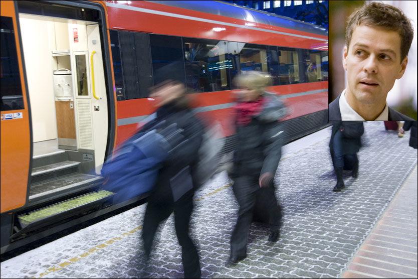KREVER OPPVASK: Leder av Transportkomiteen på Stortinget, Knut Arild Hareide (KrF), krever at penger blir langt på bordet for å få bukt med togkaoset. Foto: Scanpix