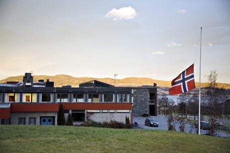 I SORG: Flagget på Skaun Ungdomsskole vaiet på halv stang etter at eleven ble drept. Foto: Thor Nielsen