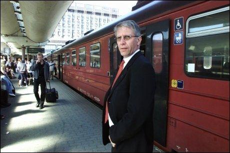 KRISE 2000: Allerede i år 2000 innkalte daværende samferdselsminister terje Moe Gustavsen til møte med NSB og Jernbaneverket for å drøfte de mange togforsinkelsene. Foto: Scanpix
