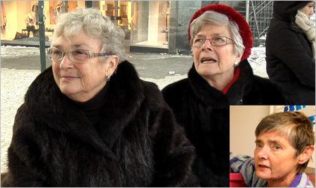 GODT PÅKLEDD: Kulda har ført til at pelssalget har økt betraktelig den siste måneden. Eva Bugge (fra venstre) og Karin Johansen mener pels er det som varmer best. Kari Berdalen i Dyrebeskyttelsen liker det dårlig. Foto: Daniel Harbo