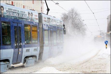 VINTERVÆR: En trikk dundrer forbi i snøføyka på Sandaker i Oslo. Foto: Scanpix