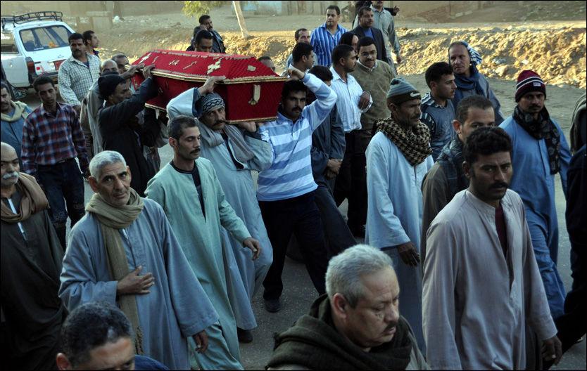 KONFLIKT: Her begraves ei kristen dame som ble drept av muslimer i Egypt. Foto: EPA
