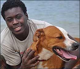 ELSKER HUNDER: - Jeg elsker å jobbe med hunder, og sledehundløp gir meg en mulighet til å reise, skriver Newton Marshall til VG Nett. Foto: Jamaica Dogsled Team