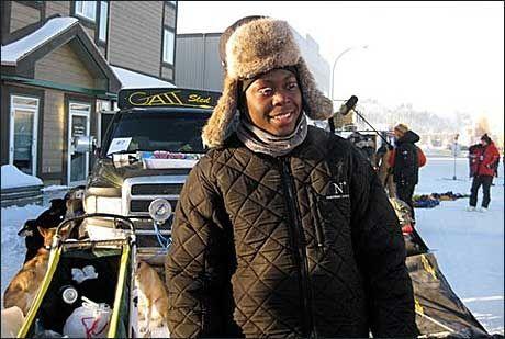 OPPHOLDER SEG MYE I NORD: For tiden trener Newton Marshall (bildet) med legenden Lance Mackey i Alaska. Det er bare tre år siden Marshall så snø for første gang. Foto: Jamaica Dogsled Team