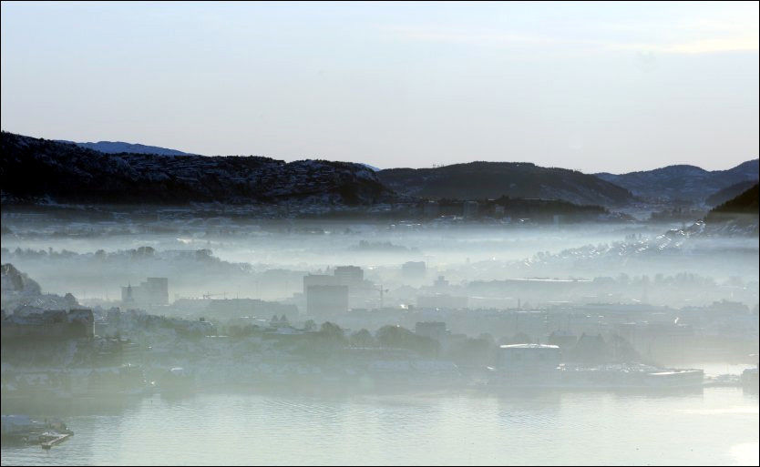 FARLIG VAKKERT: Den gulaktige helsefarlige luftforurensningen lå tett over bykjernen i Bergen tirsdag. Foto: HALLGEIR VÅGENES