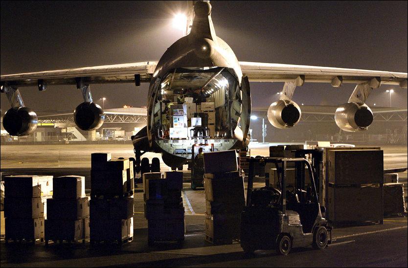 NØDHJELP: Medisiner og annet nødhjelpsutstyr til Haiti lastes på et fly i Frankrike. Kapasiteten til flyplassen i jordskjelvrammede Port-au-Prince er imidlertid sprengt, og ødelagte veier og mangel på kjøretøyer gjør det vanskelig å få hjelpen fram. Foto: AP