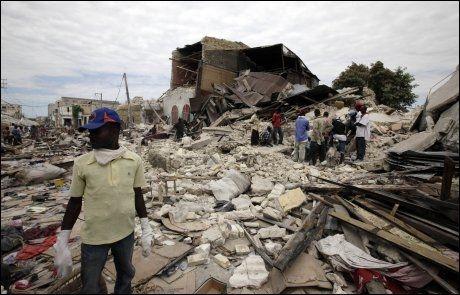 LETER ETTER OVERLEVENDE: Haitianerne har stort behov for likposer etter hvert som flere døde graves fram fra ruinene. Foto: Reuters