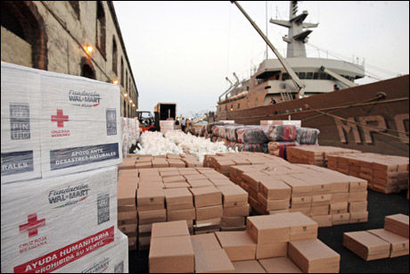 NØD: FNs matvarelager er plyndret. Her er nødhjelp fra Mexico på vei til haiti, men det er vanskelig å nå ut til dem som trenger den. Foto: Reuters