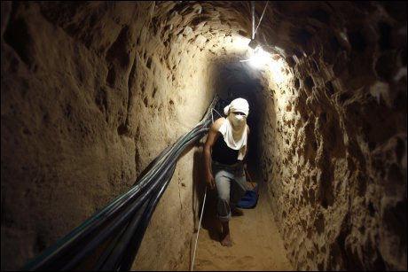LIVSLINJE: Smuglertunnelene er blitt en viktig økonomisk forbindelseslinje til Gaza. Men også våpen finner veien gjennom disse tunnelene. Foto: REUTERS/Ibraheem Abu Mustafa