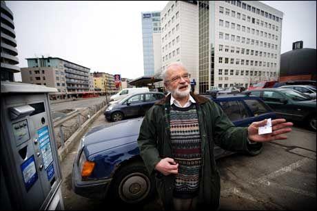 TRUKKET TILBAKE: Tidligere NRK-medarbeider Olav Gran-Olsson fikk i april i fjor parkeringsbot mens han trakk billett. Europark trakk imidlertid boten før saken endte i Parkeringsklagenemnda. Foto: Kristian Helgesen
