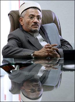 KREVER FANGENE HJEM: I likhet med jemenittiske myndigheter krever advokat og prest Hamoud Abdulhamid al-Hattar at fangene returneres til hjemlandet. Det nekter Obama. Foto: AFP