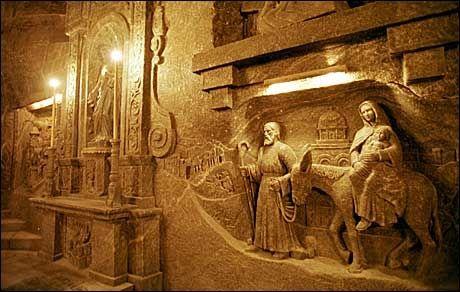 SALTKUNST: Relieffet av Josef og Maria med Jesusbarnet som flykter til Egypt, er skåret i salt av en gruvearbeider. Foto: Aftenposten