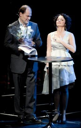 PÅ SCENEN: Operaens administrerende direktør Tom Remlov og konfransier Nadia Hasnaoui på scenen i Den Norske Opera under støttekonserten. Foto: Scanpix