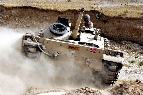KRAFTIG: Kjøretøyet som ble rammet av en bombe var av typen CV9030. Forsvaret disponerer flere slike vogner i Afghanistan, her vist på et bilde fra trening. Foto: Scanpix Foto: