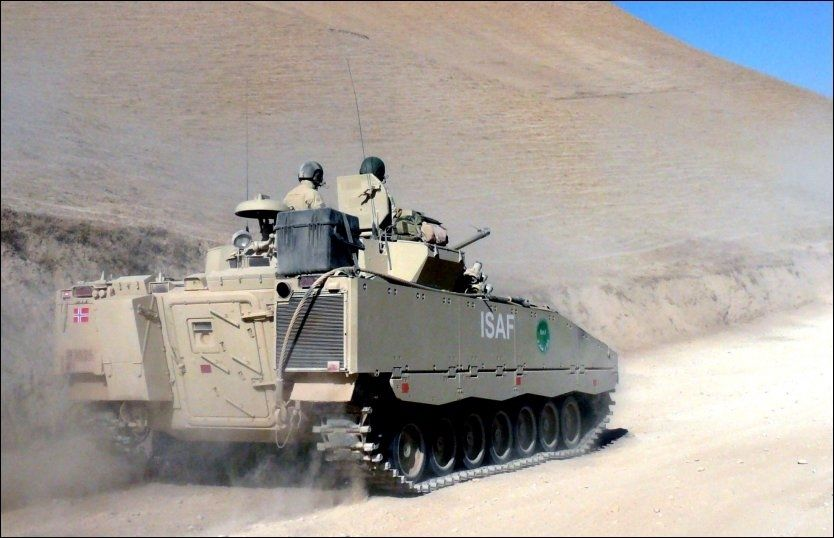 VEIBOMBE: Det var et kjøretøy av denne typen som ble rammet av en veibombe i Afghanistan i dag. Foto: Forsvaret/Scanpix
