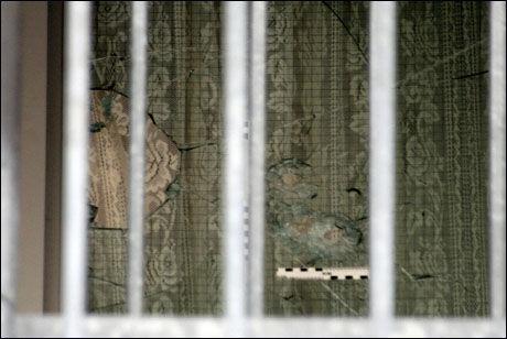 SKUDDHULL: Bildet viser at det ble skutt mot vinduet i leiligheten. Foto: Bjørnar Tommelstad