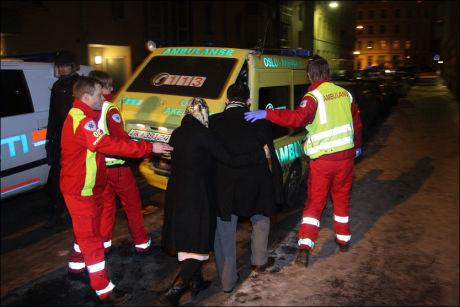 SKADD: En mann ble fraktet bort med ambulanse etter skyteepisoden mot leiligheten til mullah Krekar. Foto: Svein Gustav Wilhelmsen