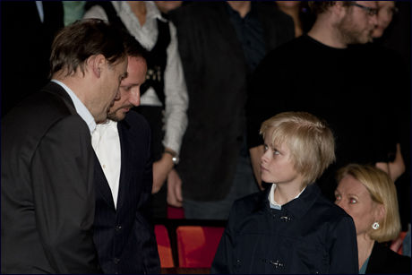 IMPONERT: Kronprins Haakon i operaen sammen med Marius søndag kveld. Kronprinsen sier han er imponert over dugnadsånden. Foto: Scanpix