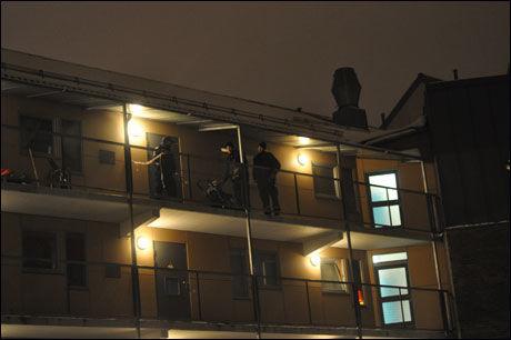 ÅSTEDSTEKNIKERE: Politiet jobbet natt til mandag med å sikre spor på åstedet. Foto: Geir Arne Kippernes