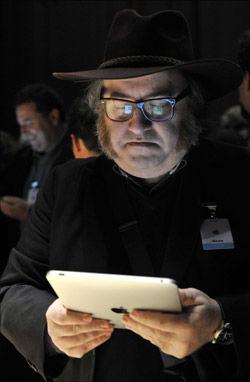 PRØVESMAK: Journalister tilstede under lanseringen i San Fransisco fikk prøve iPad. Foto: EPA