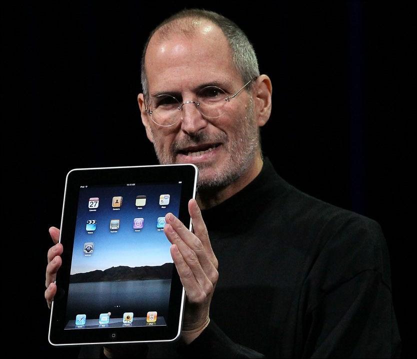 KRITISK TIL NY APPLE-SATSING: Apple-sjef Steve Jobs sparte ikke på skrytet da han lanserte iPad onsdag. Nå har selskapet likevel fått forbrukere på nakken. Foto: AP