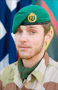 Båren med drept soldat fremme på norsk jord