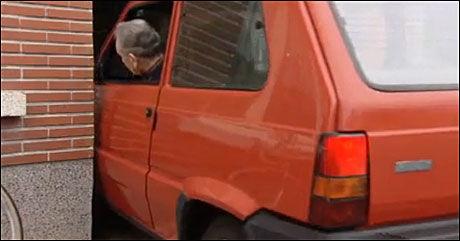 DREISEN: Eugene Breynaert fra Belgia har dreisen når han parkerer i en av verdens trangeste garasje. Foto: Bildegrab: YouTube