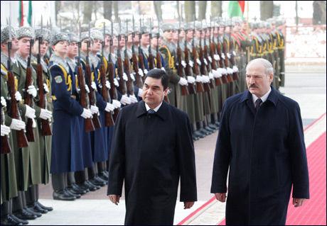 OLJERIKDOM: Turkmenistans president Gurbanguly Berdymukhamedov, til venstre, og hans hviterussiske kollega Alexander Lukashenko. Foto: Reuters