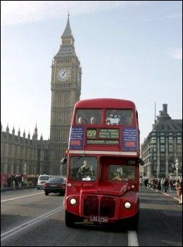 KJENDISBUSS: Røde busser tar deg på kryss og tvers i Londons gater - den aller mest turistvennlige er nummer 15. Foto: EPA