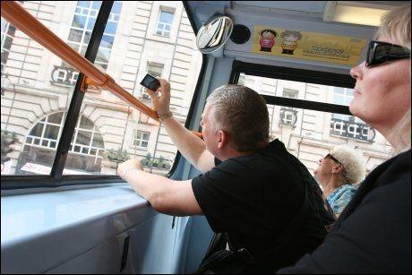 KAMERAVENNLIG: - Mye bedre enn sightseeing-bussen, mener John Soffe fra Toronto, som sammen med kona Shirley og moren Mary er på ferie i London. Foto: RUNE THOMAS EGE