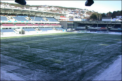 SNØMENGDER: Rundt banen på Color Line Stadion er det store snømengder. Foto: Karl Johan Roald