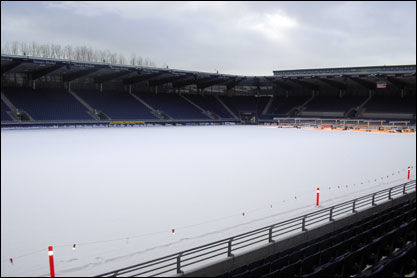 TØFFERE I ÅR: På Viking Stadion ligger det drøye 15 centimeter med snø på banen. Foto: Eirik Arntsen, viking-fk.no