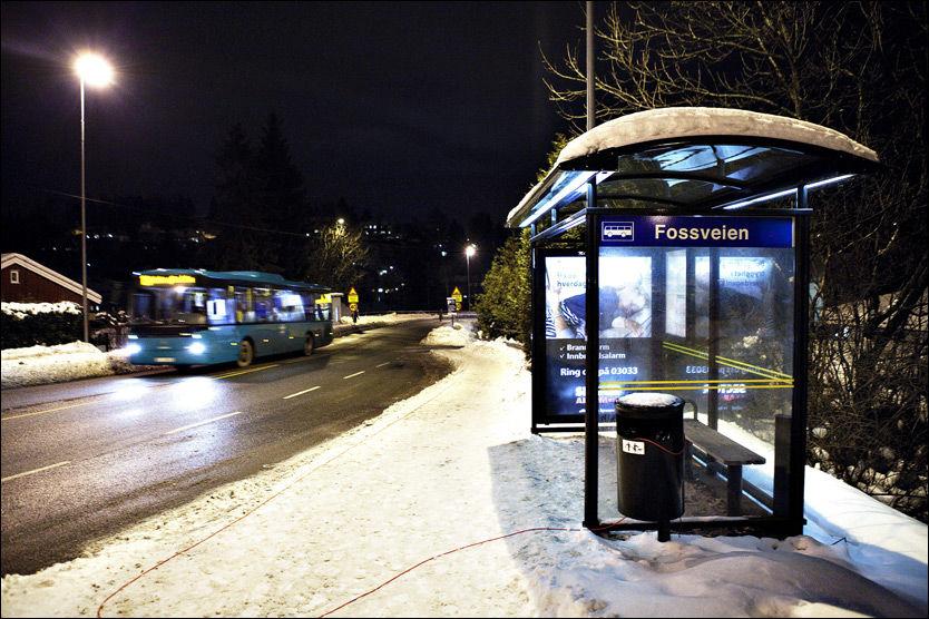 SKULLE HIT: Kvinnen i slutten av 20-årene var på vei til dette busstoppet for å ta bussen til jobb da hun skal ha blitt kidnappet. Foto: Magnar Kirknes