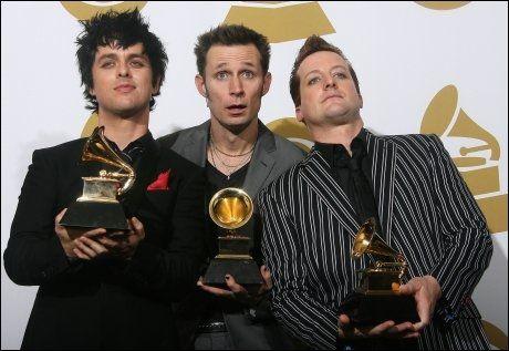 POPULÆRE: Billie Joe Armstrong (f.v), Mike Dirnt, and Tré Cool kunne juble for nye Grammy-trofeer forrige helg. Foto: AP