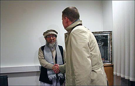 IKKE ENIGE: Lars Helle og imam Malana-hafiz Mehboob-ur-Rehman tok hverandre i hånden etter møtet, men ble ikke enige. Foto: Sigrid Helene Svendsen