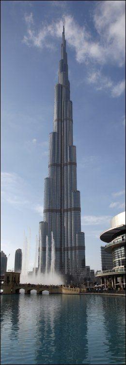 STOR OG STENGT: I vår skal du kunne nyte utsikten fra verdens høyeste bygning - Burj Burj Khalifa - i Dubai. Om du kommer deg forbi passkontrollen. Foto: REUTERS