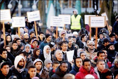 STOR DEMONSTRASJON: Rundt 3000 demonstranter samlet på Universitetsplassen i Oslo fredag ettermiddag, i protest mot Muhammed-tegningen som ble trykket i Dagbladet. Foto: Scanpix