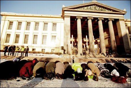 BØNN: Demonstrasjonen startet med bønn for flere av de oppmøtte. Foto: Scanpix