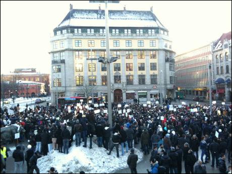 ULOVLIG DEMONSTRASJON: Demonstrantene ved Jernbanetorget rett utenfor Oslo S. Foto: Marte Vike Arnesen