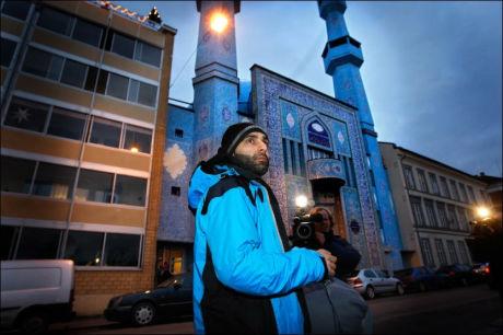 ARRANGØR: Arfan Bhatti var en nøkkelkilde i Dagbladets sak der Muhammed-karikaturen ble presentert. Nå oppfordrer han til at demonstrasjonen han selv tok initiativ til, ikke skal utarte seg. Foto: JAN PETTER LYNAU
