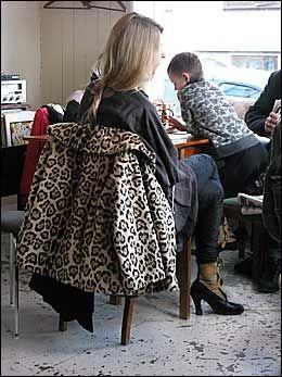 MOTEBEVISST: Legg merke til skoene til denne elegante kvinnen. Foto: CHARLOTTE SVERDRUP
