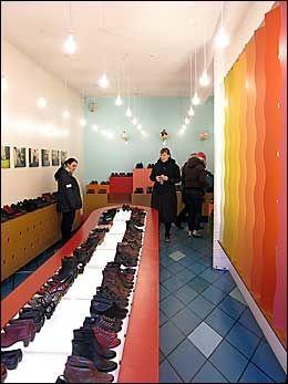 LEKKERT: Interiøret i butikkene er like gjennomført som produktene. Her er skobutikken Kron som selger islandske sko, designet som små kunstverk. Foto: CHARLOTTE SVERDRUP